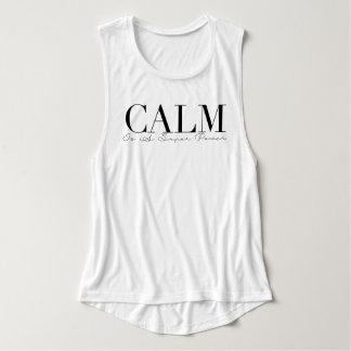 La calma es una tipografía de la yoga del playera con tirantes