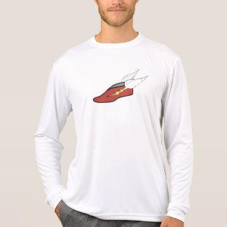 La camisa del atleta con alas del pie