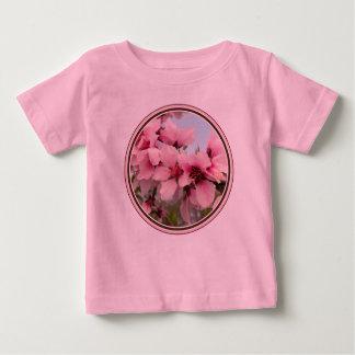 La camisa del niño floreciente rosado de la rama
