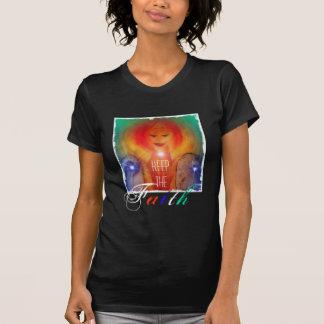 La camisa guarda el arte del ángel de la fe