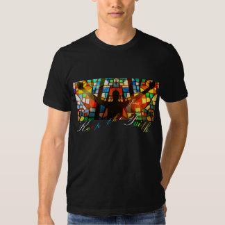 La camisa guarda las luces del arco iris de la fe