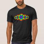 La camisa oscura de los hombres del arco iris de