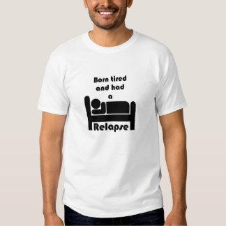 La camiseta cansada llevada de los hombres poleras