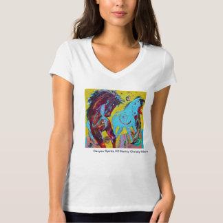 La camiseta con cuello de pico de las mujeres con