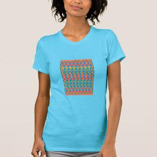 La camiseta de la mujer con diseño geométrico