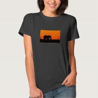 La camiseta de la mujer con el elefante de la remera