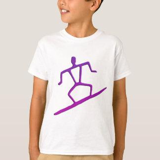 La camiseta de la persona que practica surf del