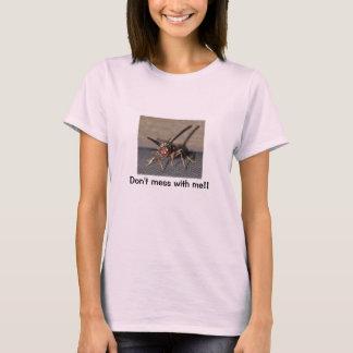 La camiseta de las mujeres de la avispa