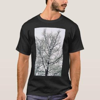 La camiseta de los hombres del árbol del invierno