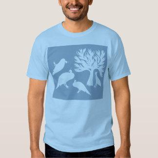 La camiseta de los hombres tribales de los pájaros playeras