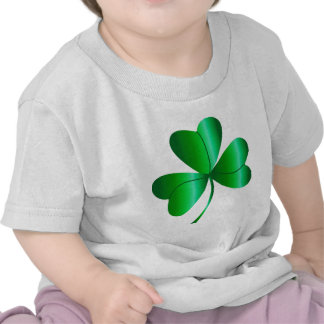 La camiseta del niño con el trébol