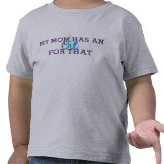 La camiseta del niño mi mamá tiene un aceite para