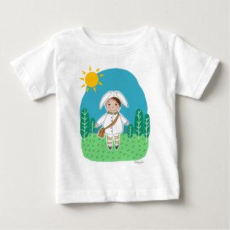 La camiseta del niño poco conejito en las maderas poleras