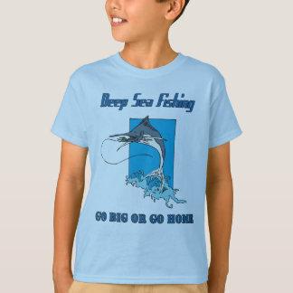 La camiseta del niño profundo de la pesca en mar