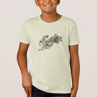 La camiseta del niño tribal sostenible del conejo playera