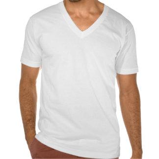 La camiseta fina con cuello de pico de los hombres