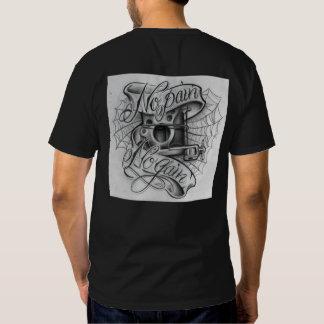 La camiseta oscura básica de los hombres camisas