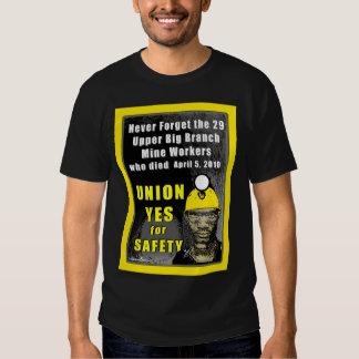 La camiseta oscura básica de los hombres de los poleras