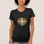 La camiseta oscura de la mujer antigua del compás