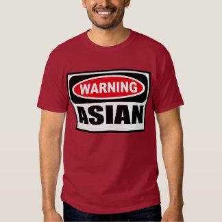 La camiseta oscura de los hombres ASIÁTICOS Playeras