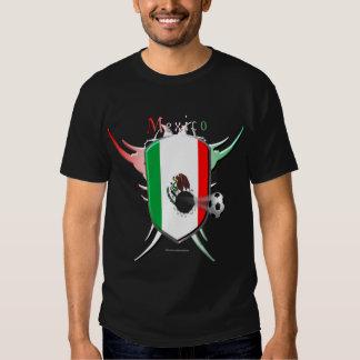 La camiseta oscura de los hombres de la brecha del poleras