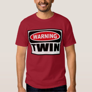 La camiseta oscura de los hombres GEMELOS Remera
