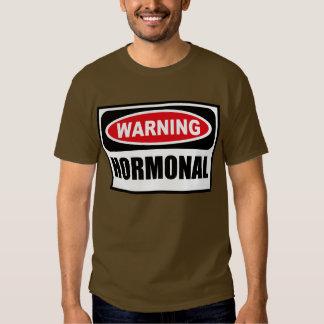 La camiseta oscura de los hombres HORMONALES Remera
