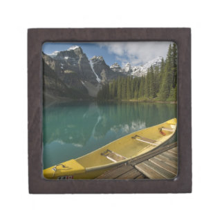 La canoa parqueó en un muelle a lo largo del lago  caja de joyas de calidad