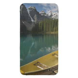 La canoa parqueó en un muelle a lo largo del lago funda acolchada para galaxy s4