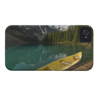 La canoa parqueó en un muelle a lo largo del lago iPhone 4 Case-Mate protectores