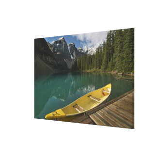 La canoa parqueó en un muelle a lo largo del lago  impresión de lienzo