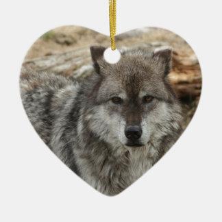 la cara animal del lobo observa el parque canino adorno de cerámica en forma de corazón