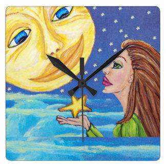 La cara de luna sonriente amarilla protagoniza a l reloj cuadrado