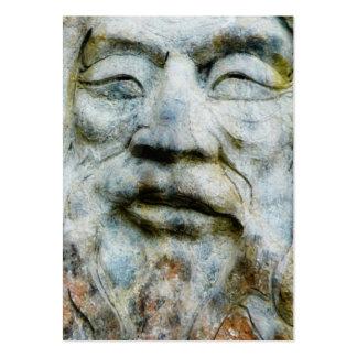 La cara del hombre tallada y fijada en piedra tarjetas de visita grandes