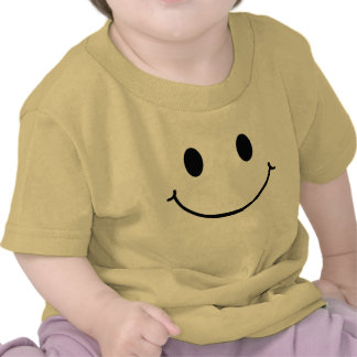 La cara feliz embroma la camisa