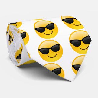 La cara sonriente con las gafas de sol refresca el corbatas personalizadas