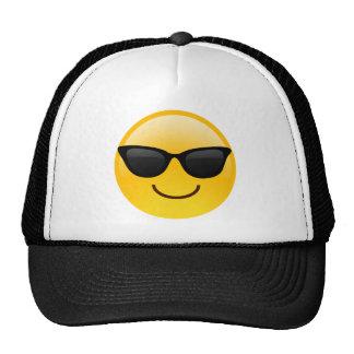 La cara sonriente con las gafas de sol refresca gorros