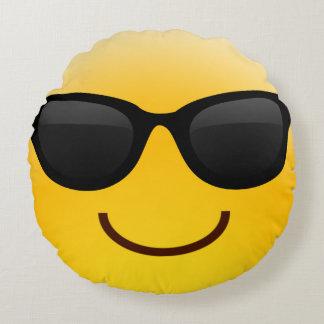 La cara sonriente con las gafas de sol refresca la cojín redondo