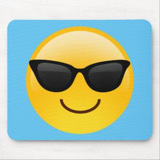 La cara sonriente con las gafas de sol refresca mouse pad
