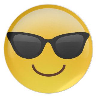 La cara sonriente con las gafas de sol refresca platos de comidas