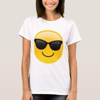 La cara sonriente con las gafas de sol refresca playera