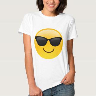 La cara sonriente con las gafas de sol refresca poleras