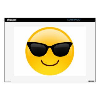 La cara sonriente con las gafas de sol refresca skins para portátil