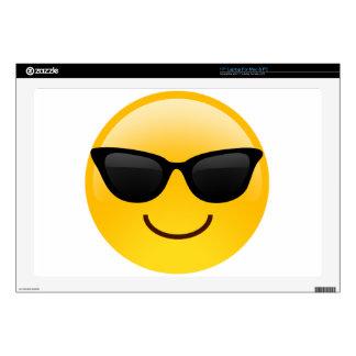 La cara sonriente con las gafas de sol refresca skins para portátiles