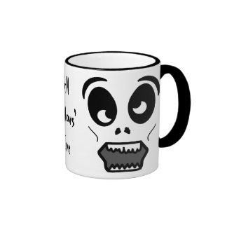 La cara toda del zombi santificó la taza de café d