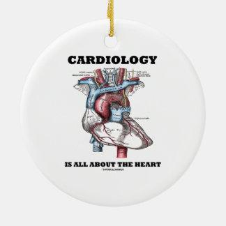 La cardiología está todo sobre el corazón adorno redondo de cerámica