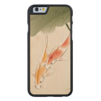 La carpa japonesa pesca la natación en la charca funda de iPhone 6 carved® de arce