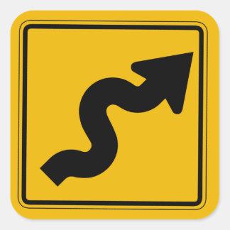 La carretera con curvas salida, trafica la señal pegatina cuadrada