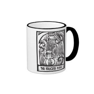 La carta de tarot colgó el hombre tazas de café