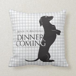 """La casa del Dachshund """"cena es"""" almohada de tiro"""